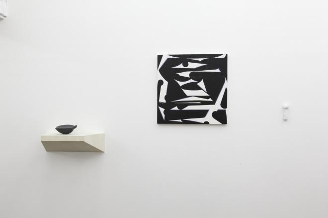 右:植物と花[紅葉]|2012年|大理石|w4×d3.5×h12cm 左:植物と花[花2]|2012年|御影石|w18×d16×h7cm photo:Keizo kioku