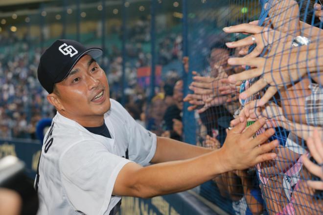 最年長勝利記録を更新し、ファンの祝福を受ける山本昌投手=5日、ナゴヤドーム、高橋雄大撮影
