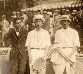 テニスの対米戦を前にした熊谷一弥さん(右)=1921年、米国