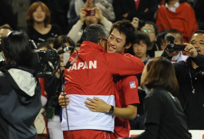 男子テニスの国別対抗戦、デビス杯ワールドグループで初の8強入りし監督と抱き合う錦織選手=2014年2月2日