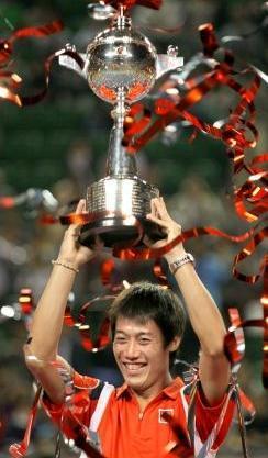 男子テニス楽天ジャパンオープンのシングルスで優勝し、トロフィーを掲げる錦織圭=東京・有明コロシアム、林敏行撮影、2012年10月7日