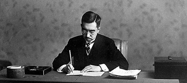 新しく施行される日本国憲法に署名する昭和天皇