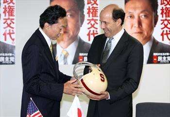 元首相の鳩山由紀夫氏(左)。写真は、共に学んだことのあるスタンフォード大のマークが入ったアメリカンフットボールのヘルメットを手に談笑する民主党の鳩山由紀夫代表(当時)とルース駐日米大使(当時)=2009年9月3日