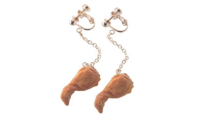 チキン型イヤリング=日本KFCホールディングス提供