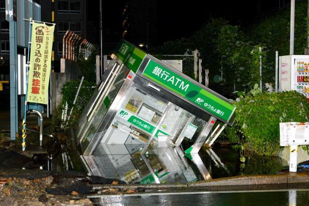 水道管破裂で傾いたATM=10日午前4時14分、横浜市南区、大賀有紀子撮影