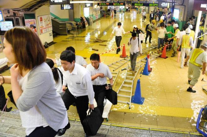 JR新小岩駅=10日午後9時28分、東京都葛飾区、白井伸洋撮影