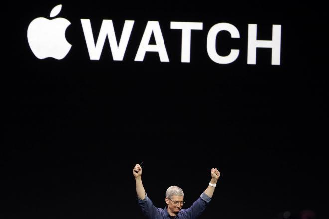 アップルウオッチを発表するティム・クックCEO