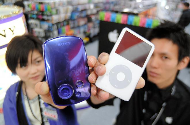 携帯音楽プレーヤー市場におけるソニーの「ウォークマン」シリーズ(左)の牙城を突き崩した、画期的商品だった=2005年12月5日