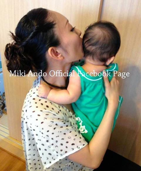 会見を終え、娘を抱く安藤美姫さん=2013年8月5日、安藤美姫フェイスブックから