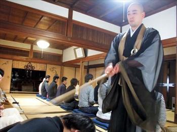 寺社コンでは参加者全員で座禅を組んだ=京都市東山区の勝林寺