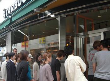 初日に行列ができた「スターバックス・コーヒー」長野駅前店=2003年6月27日