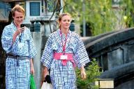 浴衣姿で温泉街を散策する外国人観光客=兵庫県豊岡市城崎町湯島