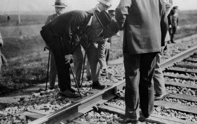 満鉄線路を調べる国際連盟調査委員会のリットン委員長