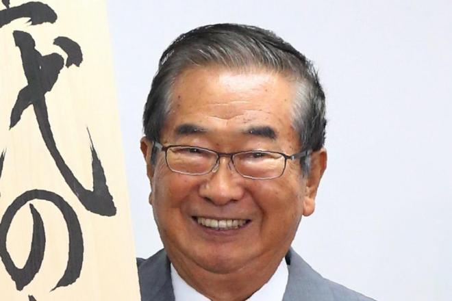 看板を披露する「次世代の党」の石原慎太郎最高顧問
