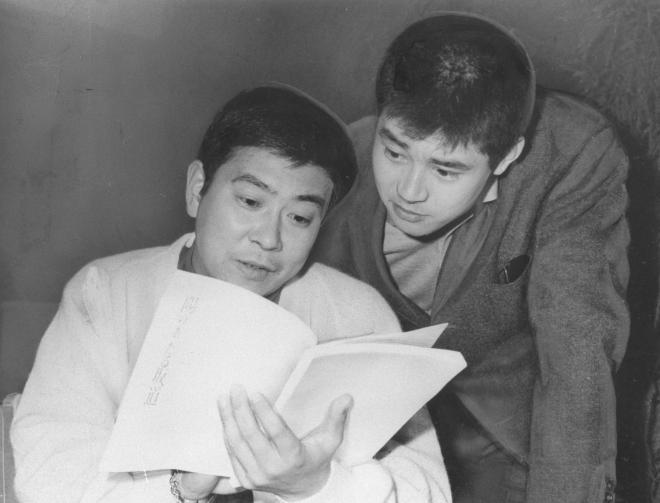 映画「陽のあたる坂道」の新旧主役。左が石原裕次郎氏、右は渡哲也氏。