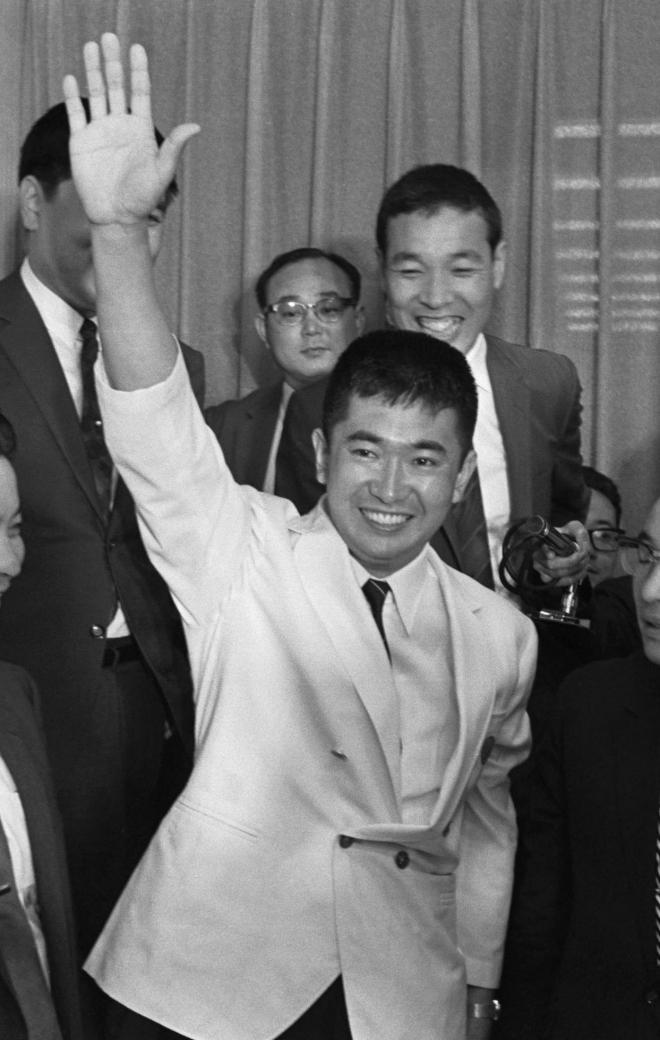 1968年の参議院議員通常選挙で、初当選を決めた石原慎太郎氏(当時35歳)