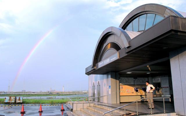 ジェットエンジンをモチーフにした天空橋駅の駅舎。広大な空港跡地に隣接する