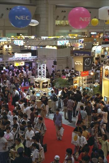 家庭用のゲームを一堂に集めた「東京ゲームショウ96」が東京・有明の東京国際展示場で始まった=1996年8月22日