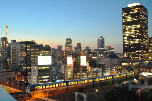 開業50周年を迎える浜松町駅を発車するモノレール=東京都港区浜松町2丁目