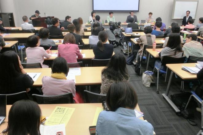 東京・新宿で開かれた集会には約60人が参加した。