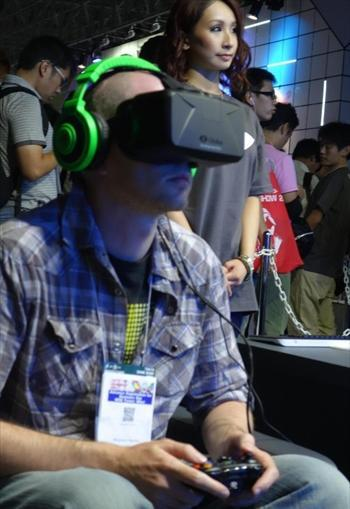 バーチャルリアリティーの威力を知らしめたオキュラス・リフト。デモでは、ゲームの操作はコントローラーを使っている。