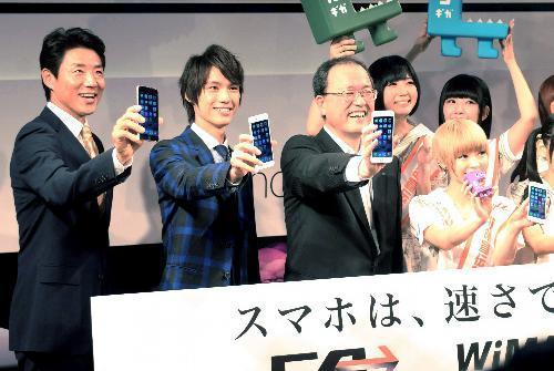 KDDI(au)は(左から)松岡修造さん、福士蒼汰さん、田中孝司社長らが新型iPhoneをアピールした=9月19日午前8時すぎ、東京都渋谷区
