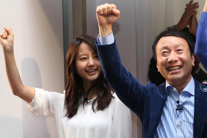 ドコモの加藤薫社長(右)は、iPhone商戦で何としても勝ち抜く構えだ