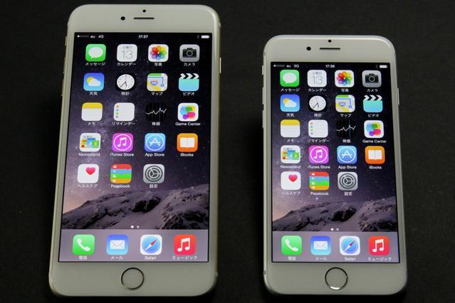 左がiPhone 6 Plus(ゴールド)、右がiPhone 6(シルバー)。この美しい新端末を早速落とした人が・・・=竹谷俊之撮影