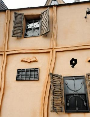 外壁にはコウモリのレリーフも
