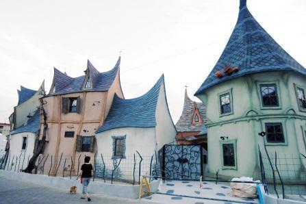 設計施工した「ぬくもり工房」(浜松市西区)の佐々木茂良社長(56)によると、建物の正体は「魔女の館」をイメージしたアパート。  間取りや家賃は非公開ですが、4