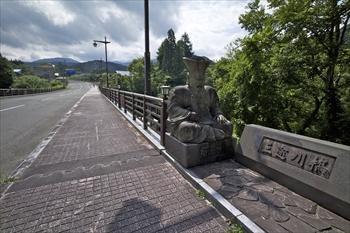 川原毛地獄の手前、三途川渓谷にかかる橋には閻魔大王が鎮座=秋田県湯沢市高松