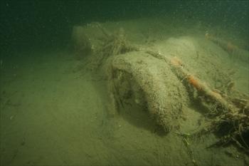 猪鼻湖の底で見つかった人工物。戦車との関連について結論は出なかった=2013年1月6日、浜松市北区三ケ日町、山本祐司さん撮影