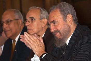 キューバのカストロ氏(右)=2003年3月2日