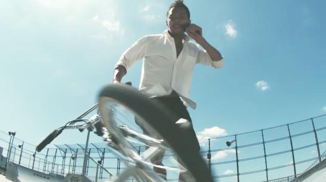BMXでヒゲそりに挑戦する田中光太郎さん=フィリップス提供