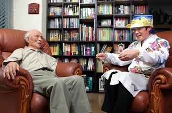 妖怪の魅力や楽しさについて対談する水木しげるさん(左)とさかなクン=2013年5月20日、東京都調布市