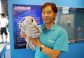 ダイオウグソクムシのぬいぐるみと沼津港深海水族館の石垣幸二館長=2013年6月18日