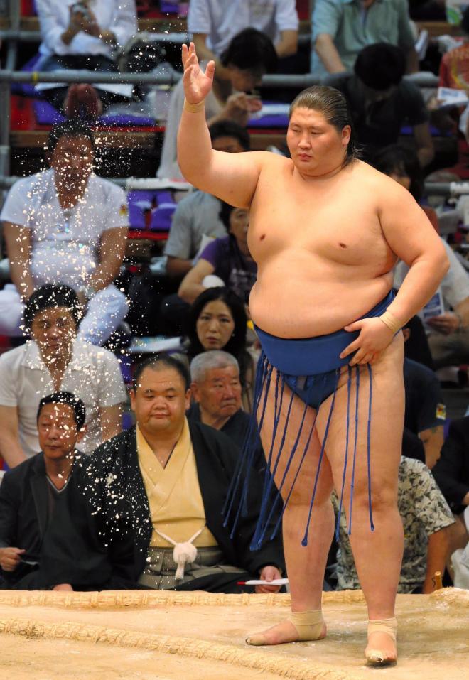名古屋場所の土俵で塩をまく逸ノ城=2014年7月27日