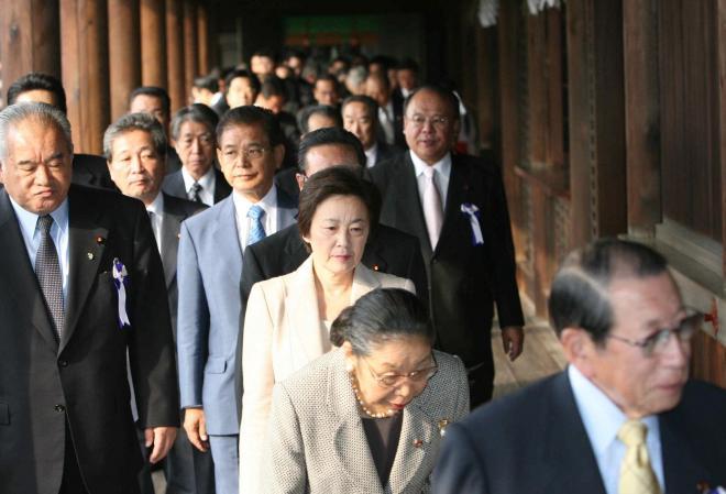 靖国神社に参拝する山谷氏(中央)=2006年10月