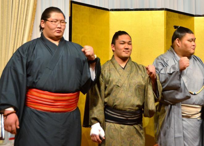 鳥取城北相撲部の祝勝会に参加した逸ノ城(左)。メガネ男子です=2014年2月14日
