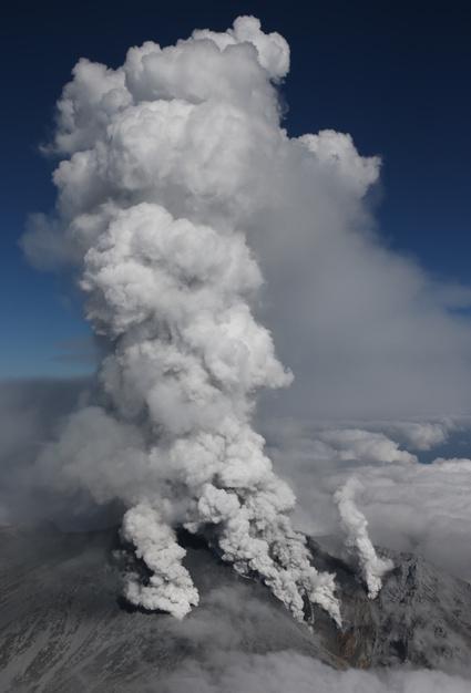 噴煙を上げる御岳山火口=27日午後2時13分、朝日新聞社ヘリから、池永牧子撮影