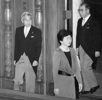 1993年8月12日、特別国会開会式で、土井たか子衆院議長(手前)に先導されて参院本会議場に入る天皇陛下。右端は藤森昭一宮内庁長官