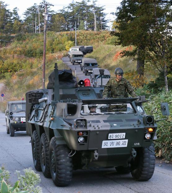 登山口に向かう自衛隊車両=28日午前6時48分、長野県王滝村、高橋雄大撮影