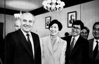 ソ連のゴルバチョフ共産党書記長(手前左)との会談に臨む土井たか子社会党委員長(その右)=1988年5月6日