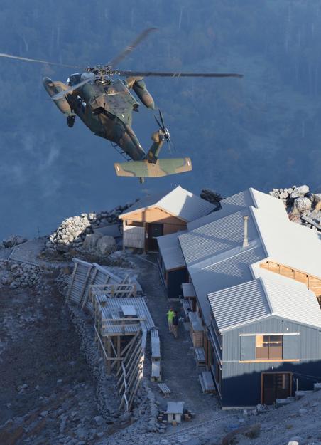 御嶽山を上空から確認する自衛隊のヘリ=28日午前6時35分、朝日新聞社ヘリから、堀英治撮影
