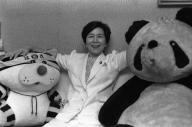 タイガースファンから贈られた猛虎人形と歌合戦の賞品でもらったパンダのぬいぐるみに囲まれた土井たか子さん=1986年9月