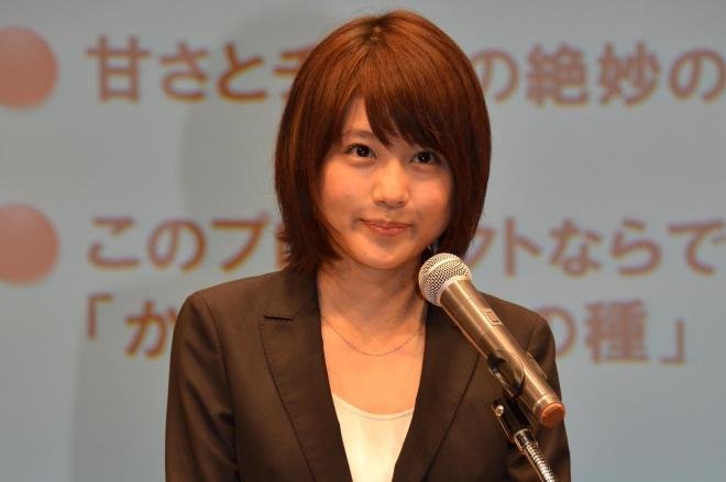 柿の種の新味についてプレゼンする、亀田製菓「開発部長」の有村架純さん=9月29日