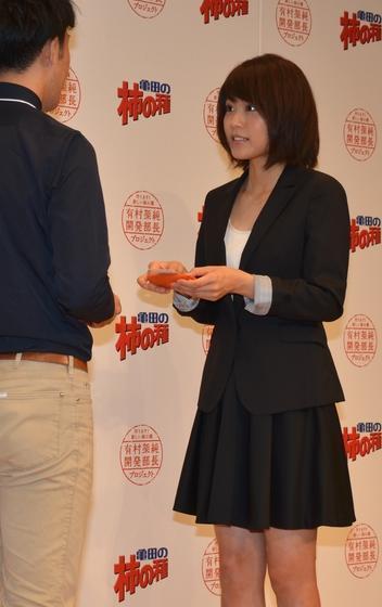 集まった記者と「名刺交換」する有村さん