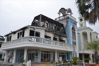 2階部分が激しく燃えたシャトー文雅=佐賀市大和町久池井