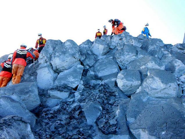 御嶽山の山頂で救助活動をする名古屋市消防局の隊員ら=9月28日、市消防局提供