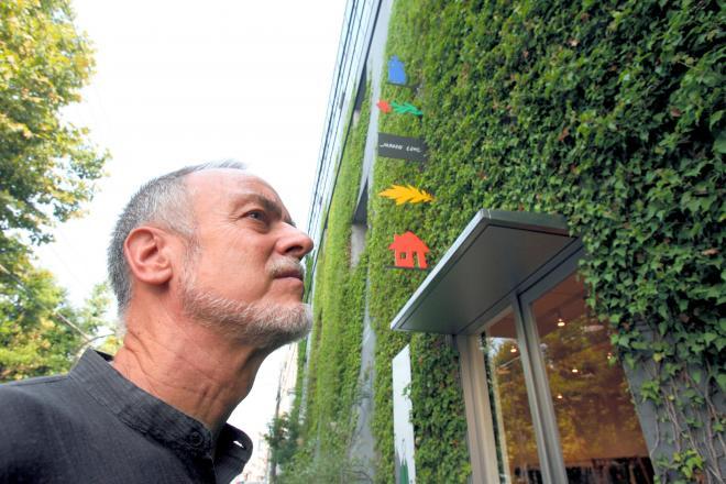 本社の外壁を覆うツタ。「グレーのペンキが気に入らなかったんだよ」とヨーガン・レールさん=2006年8月31日、江東区清澄3丁目で